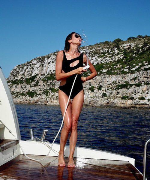 Nieves Álvarez con bañador negro con aberturas