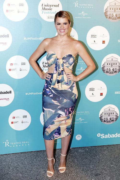 Adriana Abenia con top y falda midi de tubo