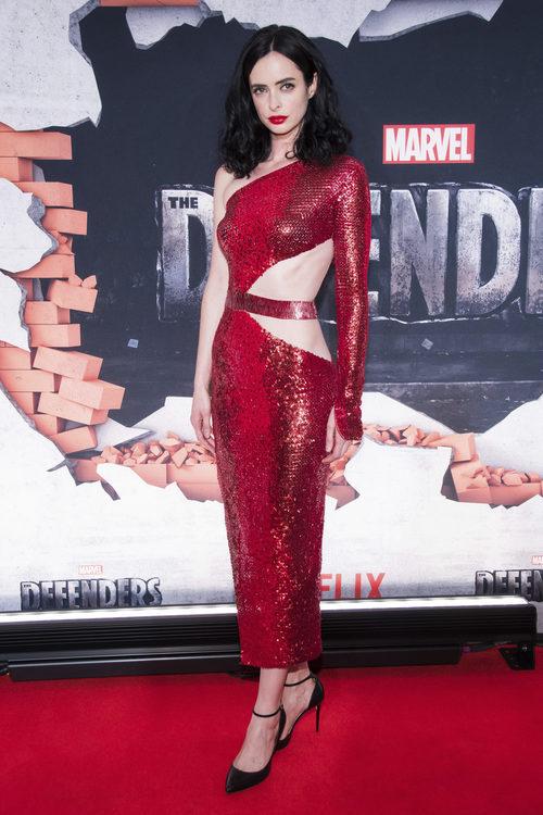 Krysten Ritter con vestido de lentejuelas rojas