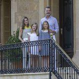 La Reina Letizia con look marinero junto a su familia