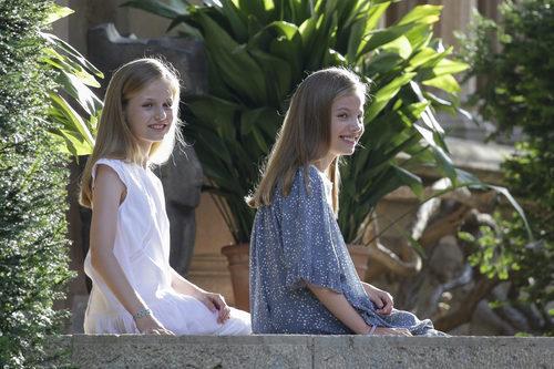 La Infanta Sofía y la Princesa Leonor con vestidos en el posado veraniego de Palma