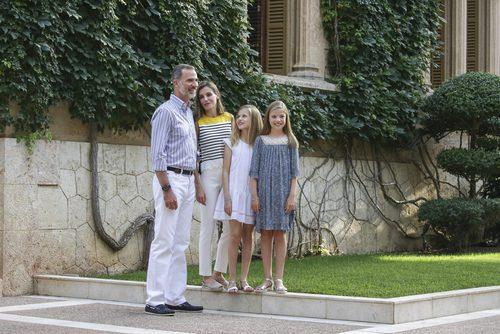 La Familia Real Española posando con looks veraniegos en el palacio de Marivent