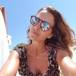 Paula Echevarría con un bañador y unas gafas de sol de espejo