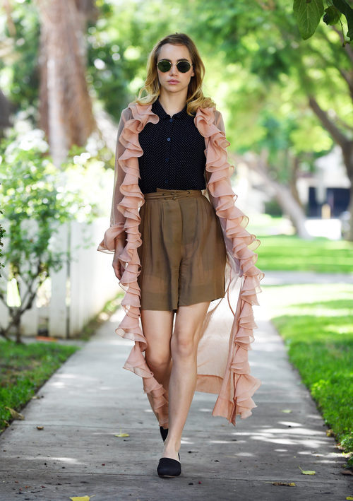 Suki Waterhouse con look vintage