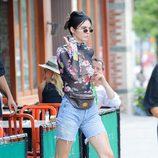 Kendall Jenner con blusa floral transparente y riñonera