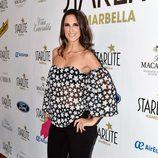 Nuria Fergó con blusa estampada y jeans negros