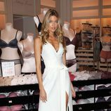 Martha Hunt con vestido blanco con aberturas