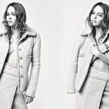 Lily-Rose Depp con chaqueta y falda de tweed de la colección otoño/invierno 2017 de Chanel