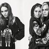 Lily-Rose Depp y Cara Delevingne con sudadera negra de la colección otoño/invierno 2017 de Chanel