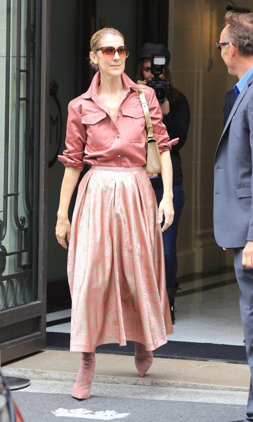 Céline Dion con total look rosa