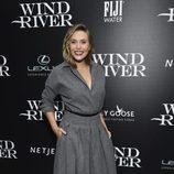 Elizabeth Olsen con vestido largo gris