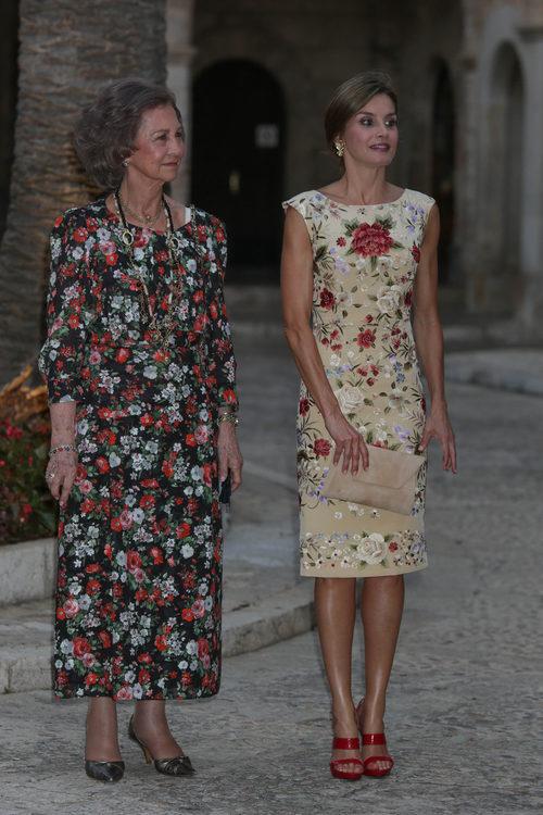 La Reina Letizia con vestido estampado junto a la Reina Sofía