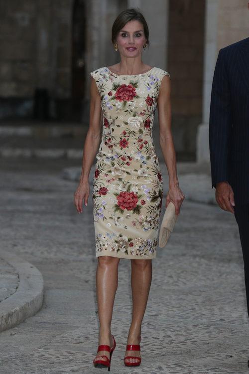La Reina Letizia con vestido beige de Juan Duyos