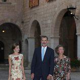 La Reina Letizia con vestido de Juan Duyos junto al Rey Felipe y a la Reina Sofía