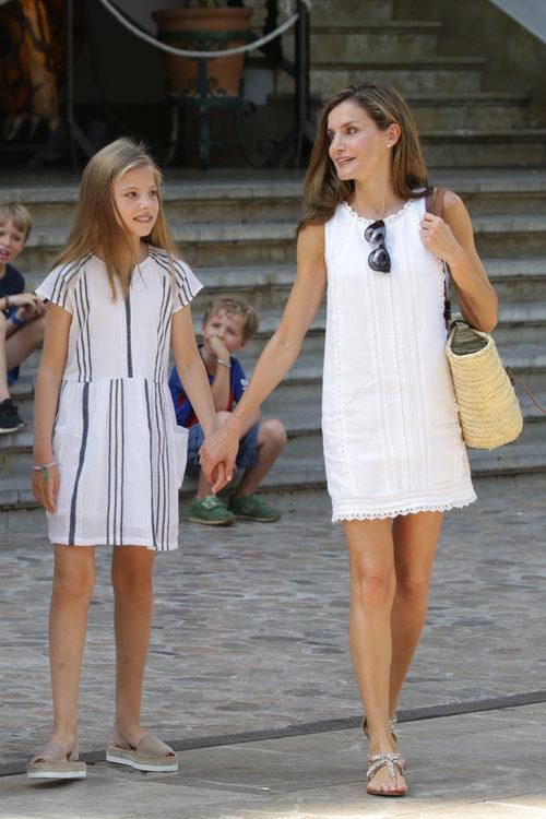 La Reina Letizia con vestido blanco de Adolfo Domínguez junto a la Infanta Sofía