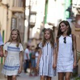 La Reina Letizia vestida de Adolfo Domínguez junto a sus hijas Leonor y Sofía