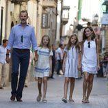 La Familia Real Española con looks veraniegos paseando por Sóller