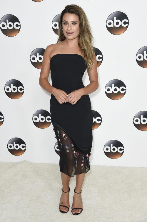 Lea Michele con vestido negro con apliques de colores