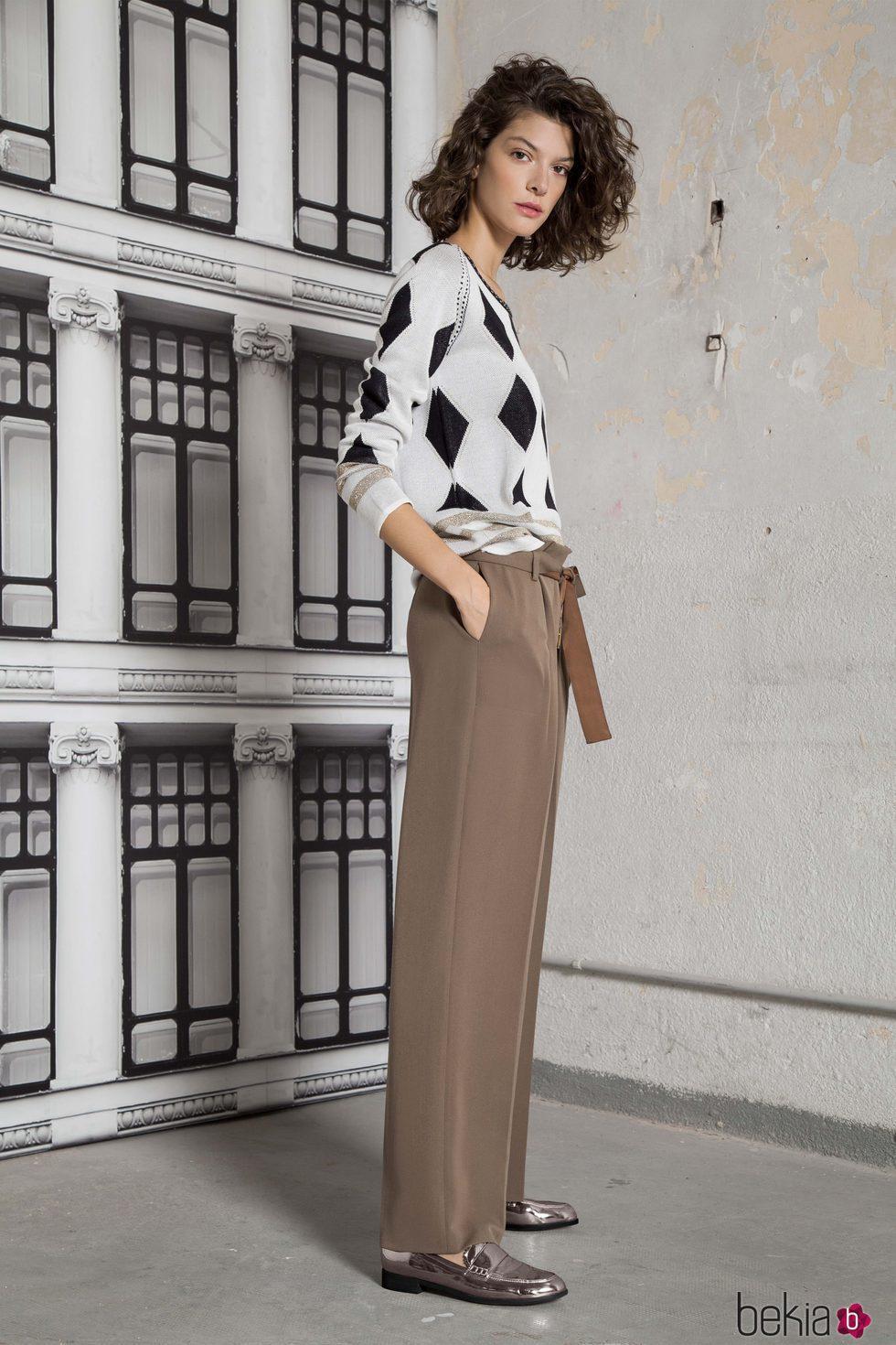 Jersey de rombos y pantalón beige de la colección otoño/invierno 2017 de Trucco