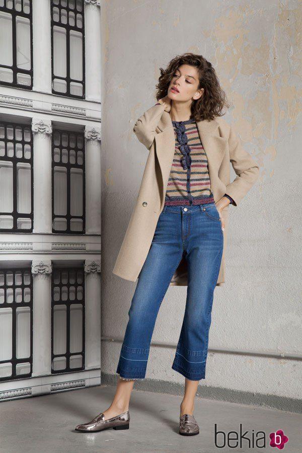 Gabardina beige y jeans de la colección otoño/invierno 2017 de Trucco