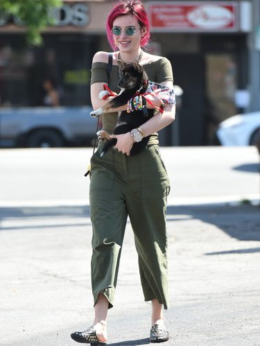 Bella Thorne con total look verde militar