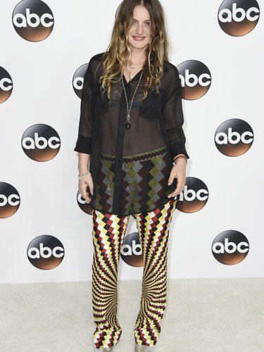 Willow Anwar con camisa con transparencias y pantalones estampados