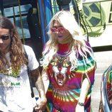 Kesha con look hippie multicolor