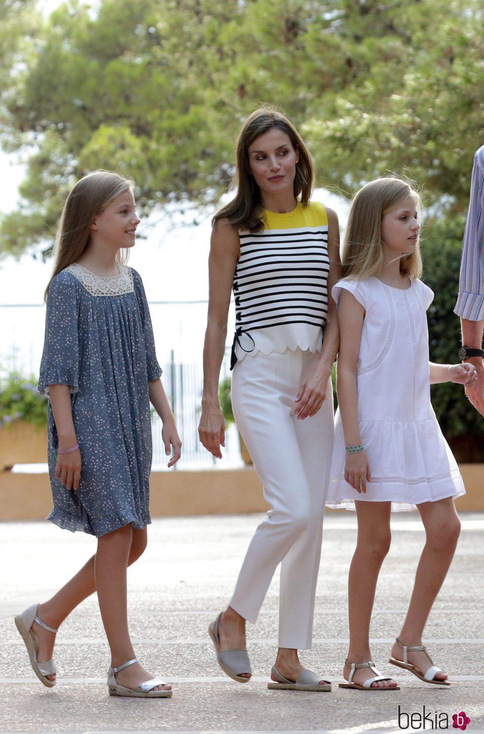 La Reina Letizia con camiseta de Mango y pantalones de Massimo Dutti