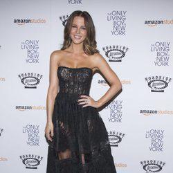 Kate Beckinsale con vestido negro de palabra de honor