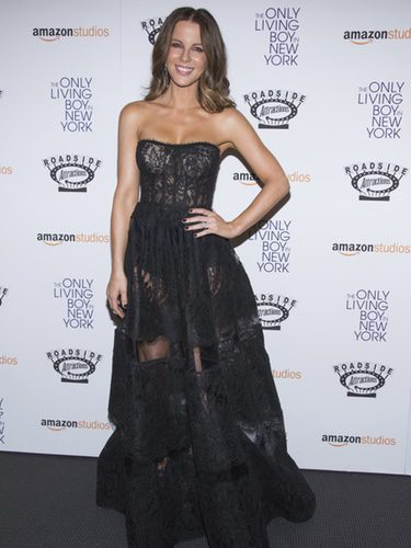 Kate Beckinsale con vestido negro de palabra de honor