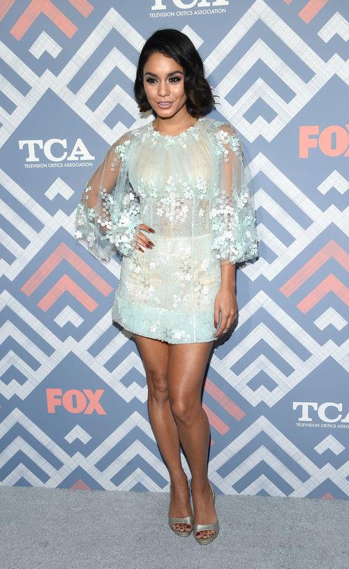 Vanessa Hudgens con vestido azul verdoso con tul