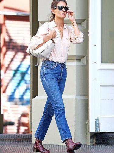 Katie Holmes con camisa rosa pálido y boyfriend jeans