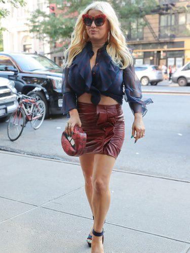 Jessica Simpson con blusa crop y falda de cuero