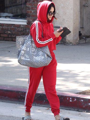 Vanessa Hudgens con sudadera y pantalones deportivos rojos