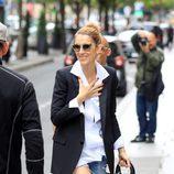 Céline Dion con camisa oversize y jeans rotos