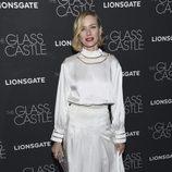 Naomi Watts con vestido blanco de raso