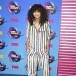 Zendaya con conjunto a rayas de tendencia pijama