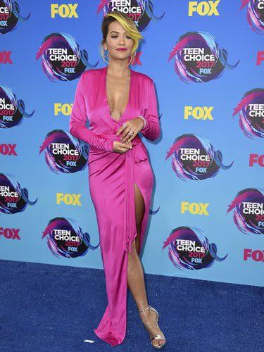 Rita Ora con vestido fucsia con aberturas
