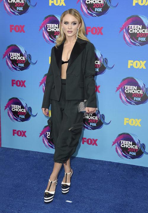 Zara Larsson con bralette y pantalones de tiro alto