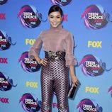 Vanessa Hudgens con blusa y pantalones de tiro alto en tonos lilas