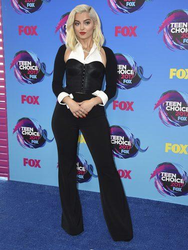 Bebe Rexha con corset blanco y negro y pantalones de tiro alto