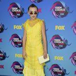 Millie Bobby Brown con vestido midi amarillo