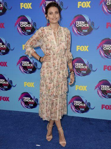 Paris Jackson con vestido midi de estampado floral