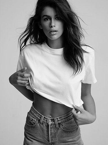 Kaia Gerber posando para la campaña  'Hanes x Karla T-shirts'