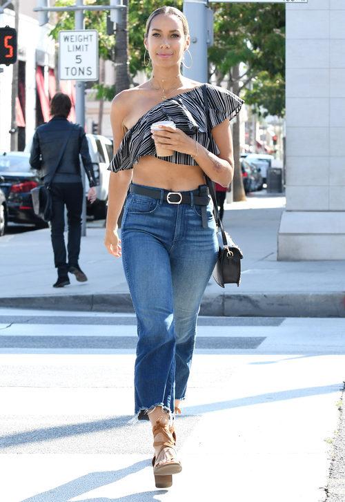 Leona Lewis con crop top de rayas y jeans de tiro alto