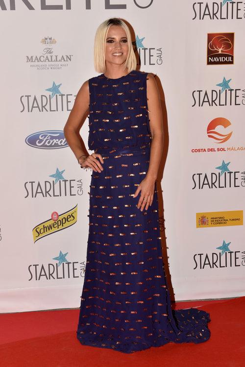 Ana Fernández con vestido largo azul marino con apliques dorados
