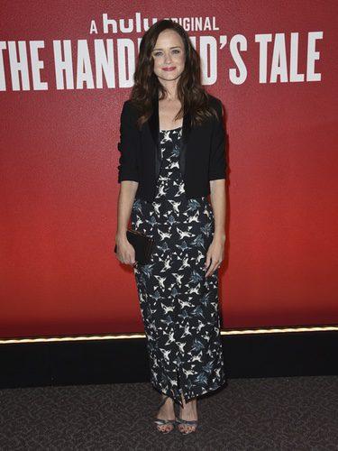Alexis Bledel con vestido estampado y blazer negro corto