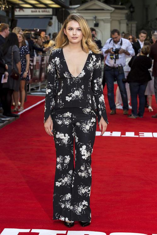 Hannah Murray con top y pantalones de estampado floral