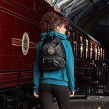 Sudadera azul y mochila negra de la colección de Primark firmada por Harry Potter