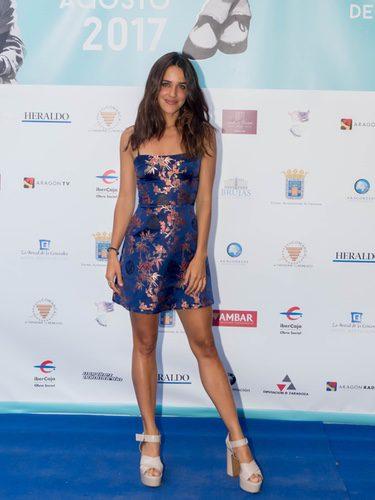 Macarena García con vestido azul estampado